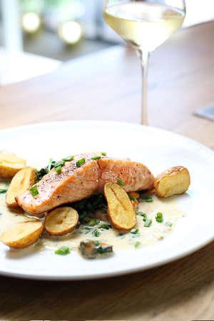 Plat de dîner élégant et exquis servi sur des assiettes blanches avec un verre de vin. Proposition de proposition, menu. Composition horizontale