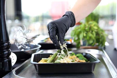 El cocinero prepara la comida. Pasta con espárragos. Plato para llevar Foto de archivo