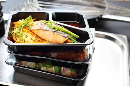 Horeca. Box dieet. Afhaalmaaltijden in een doos. Stockfoto