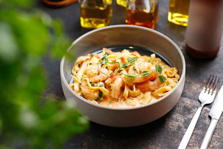 Tagliatelle with prawns in tomato and cream sauce. Culinary photography. Suggestion to serve the dish. 版權商用圖片