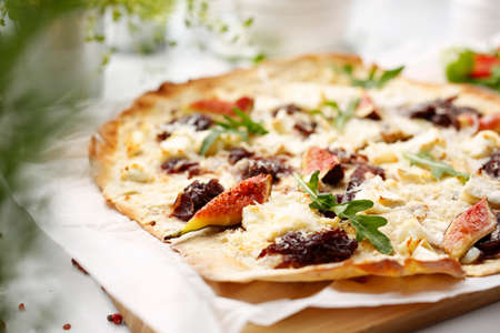 A flatbread with goat cheese, figs and red onion jam. Pizza with goat cheese, figs and red onion jam. Tasty pizza on crunchy dough. Standard-Bild