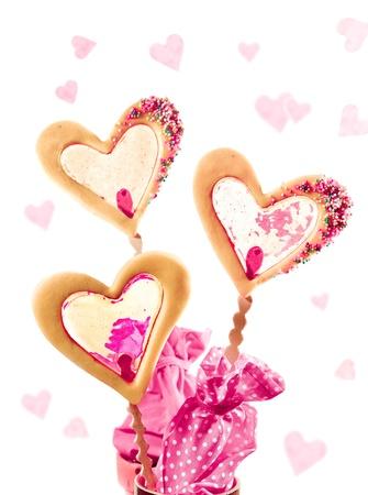 tortas de cumpleaños: tres galletas en un palo con Caramell llenar tal vez por día de San Valentín como una tarjeta de Foto de archivo