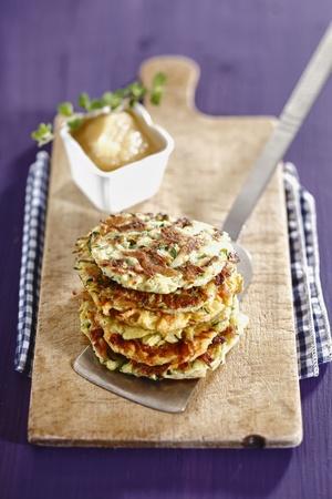 bign�: Frittelle di patate con salsa di mele su un piatto di legno