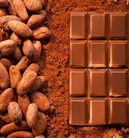 cacao: Barra de chocolate desde arriba, con polvo de cacao y los granos de cacao