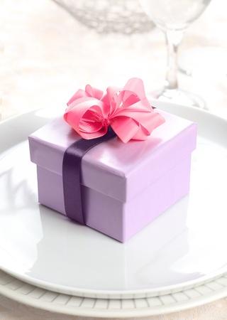 lazo rosa: violeta, actual o caja de regalo con un lazo rosa y una cinta de color lila