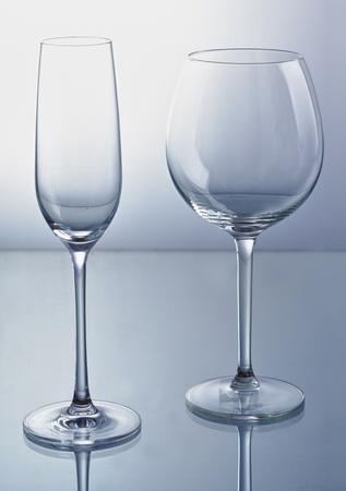 reflexion: De vino vac�a y la copa de champa�a con la reflexi�n.