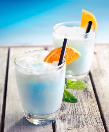 열대 음식과 Bevereages 개념에 대해, 바다 근처 남태평양에서 세 나무 갑판에 수영장 칵테일 수영장. 더 많은 음료에 대 한 내 포트폴리오를 방문하십시