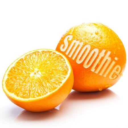 licuados de frutas: Naranjas frescas con un reducido a la mitad para mostrar la pulpa jugosa y de toda otra con la palabra Licuado de corte de la corteza en un concepto de naranja licuado