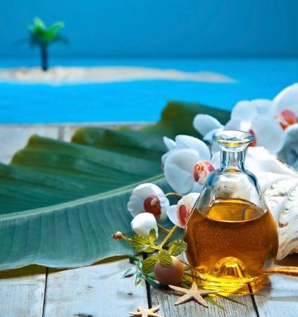 mimos: Retiro tropical de la isla de aceite esencial de tratamiento spa con extractos naturales de plantas y orqu�deas Foto de archivo
