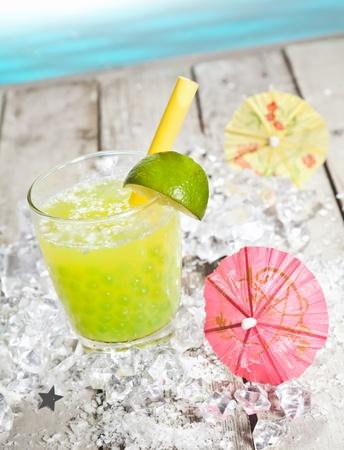 ice crushed: Citrus smaak Pearl Thee verfrissing op een dek in de voorkant van de Stille Oceaan Stockfoto