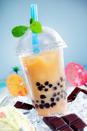 Bebida helada con chocalate y un toque de hojas verdes en la parte superior para el contraste