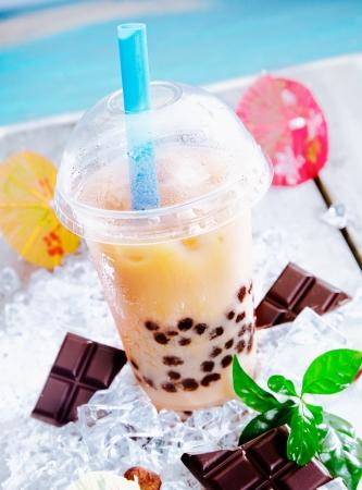 smoothies: Bebida refrescante sorbete con trozos de chocolate servido en una copa abovedada con una pajita en un d�a caluroso