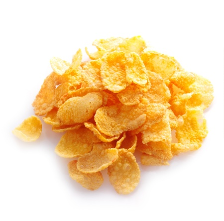 cereales: Peque�a muestra de cereal de ma�z copos en una pila aislado contra un fondo blanco