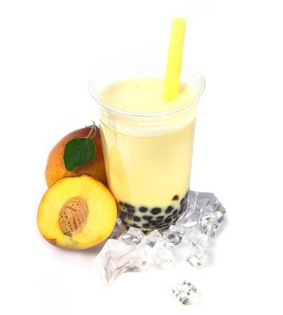 ice crushed: Peach Boba Bubble Tea met fruit en gemalen ijs Stockfoto
