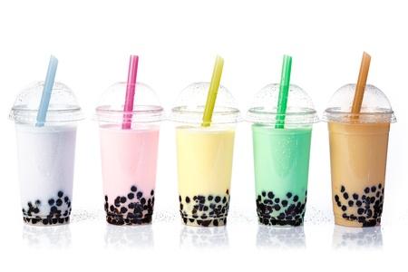 cocteles de frutas: Bubble Tea Varios en una fila aisladas sobre fondo blanco Foto de archivo