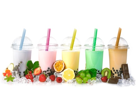 ice crushed: Diverse Bubble Tea in een rij op een witte achtergrond met verschillende soorten fruit