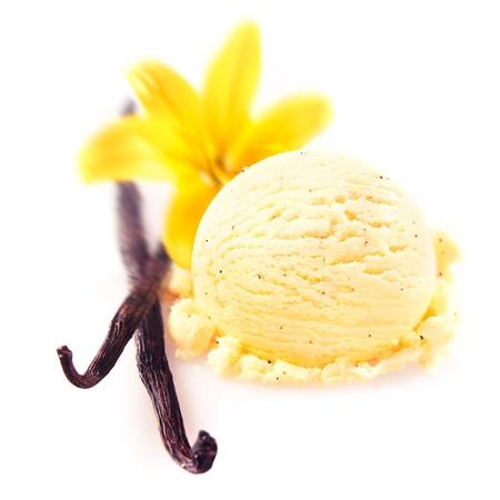 Gousses de vanille et fleur avec une délicieuse cuillère de crème glacée riche et crémeuse servie pour un dessert estival rafraîchissant Banque d'images