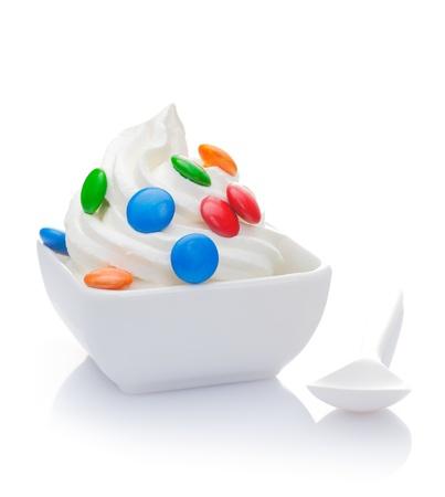 yogur: Delicioso yogur de vainilla congelado con Smarties encabezando Foto de archivo