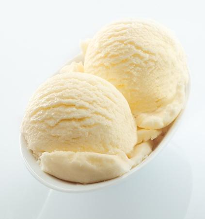 gelato: High Angle View Kugeln cremiges Vanilleeis serviert in einem kleinen wei�en Teller auf einem wei�en Hintergrund