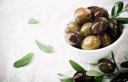 arte greca: Ciotola piena di fresche olive nere servito come accompagnamento o uno spuntino appetitoso con copyspace