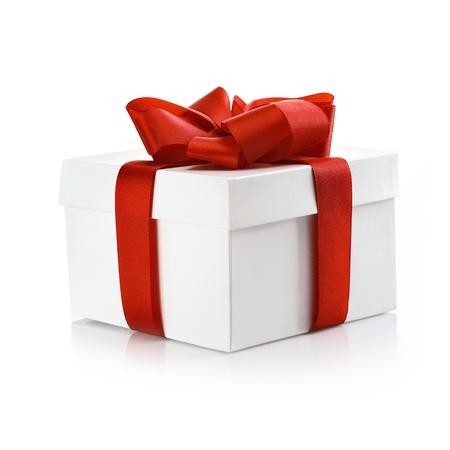 �tonnement: Carr� blanc coffret avec couvercle attach� avec un ruban d�coratif rouge pour c�l�brer No�l, Saint-Valentin ou un anniversaire