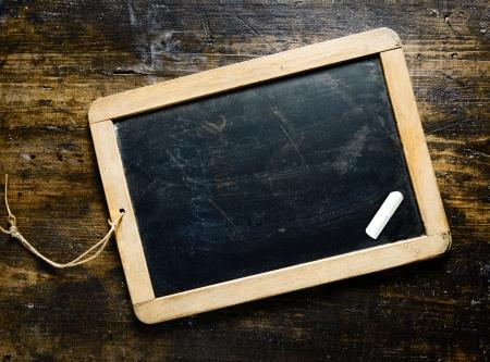 arduvaz: Tebrik, mesaj veya menü için uygun woodgrain bir darl ahşap arka plan üzerinde bir parça tebeşir ile smal ahşap çerçeveli boş tahta