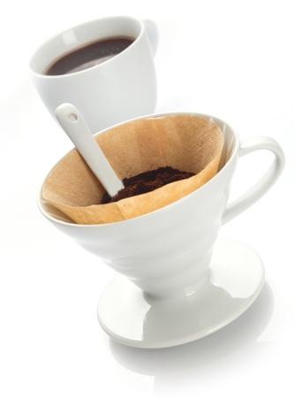 papel filtro: Portable blanco liso china filtro de embudo con papel de filtro llena con granos de caf� reci�n para la preparaci�n de una bebida fresca en una sola taza
