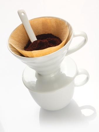 papel filtro: Portable llanura blanca china filtro de embudo con papel de filtro lleno de granos de caf� reci�n y una cuchara de medici�n