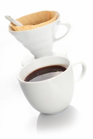 papel filtro: Taza de caf� negro preparado con un filtro port�til de porcelana blanca y papel de filtro utilizado para producir porciones individuales