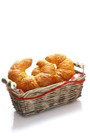 accompagnement: Croissants dor�s croustillants servis dans un panier pour le petit d�jeuner ou en accompagnement d'un repas Banque d'images