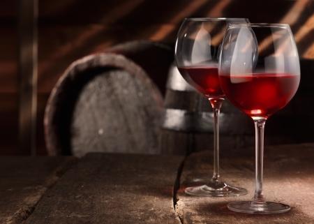 bodegas: Dos vasos de vino tinto sobre una mesa en una bodega de cerveza vendimia Foto de archivo