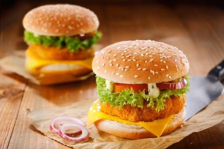 製肉、チーズ、オニオン、サラダと 2 つのおいしいハンバーガーのファーストフード meanl