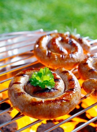 Roken Gerolde worst op de grillen pan met open vuur