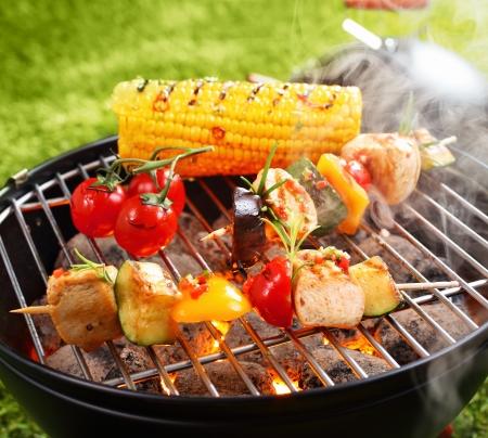 elote: Vegetariana barbacoa y mazorca de maíz en una cacerola de asar a la parrilla