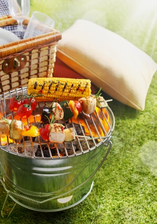 hamper: Aerial shot of En brochette and Corn Cob on a grilling pan Stock Photo