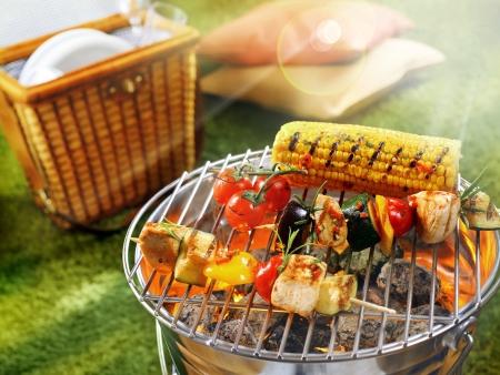 parrillada: Vista aérea de la mazorca de maíz y una barbacoa vegetariana en una sartén parrilla
