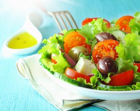 맛있는 지중해 요리 선명 양상추와 토마토와 건강 신선한 그리스 죽은 태아, 올리브 샐러드 접시의 근접 촬영보기