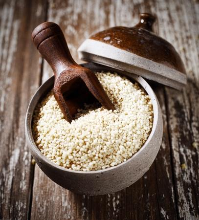 quinua: Vista de �ngulo alto de semillas de quinua polvo, a un miembro de la familia goosefoot muy alta en prote�nas y un ingrediente b�sico en la cocina de Am�rica del Sur Foto de archivo