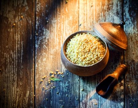 durum: High angle de vue d'un pot en terre cuite rustique rempli de boulgour s�ch�, un ingr�dient populaire du Moyen-Orient � base de bl� dur fissur� ou �cras�s
