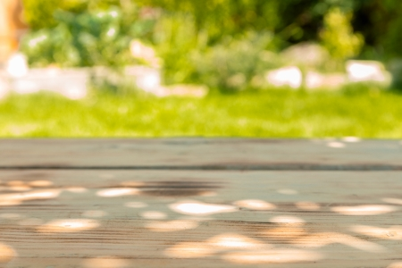 Gros plan sur une table en bois dans le jardin par une journée ensoleillée d'été Banque d'images