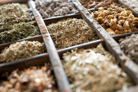 flores secas: Hierbas secas clasificadas en una bandeja de impresoras con enfoque de flores de manzanilla y una mezcla de hierbas mezcladas para su uso en la cocina de temporada y el sabor de los alimentos