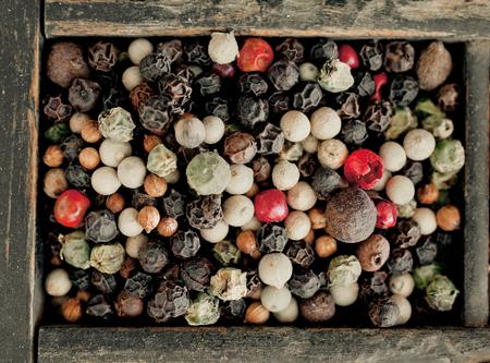 pungent: Vista aerea di pepe misti assortiti con interi secchi pepe nero, bianco e rosso o rosa utilizzato come spezia piccante calda e condimento