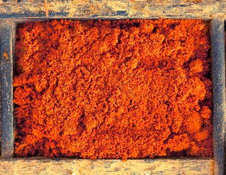 pungent: Overhead vista da vicino di peperoncino rosso in polvere a base di terra secca peperoncino di Caienna, un membro della famiglia di peperone, fornendo una spezia piccante caldo e condimento per la cottura