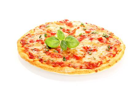 Pizza Margherita decorado con hojas de albahaca aislados en blanco Foto de archivo - 22727633
