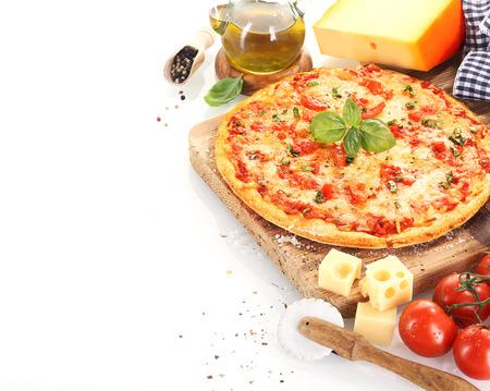 토마토, 올리브 오일, 치즈, 바질, 고추, 주방 도구 등의 성분에 가까운 피자 마르게리타