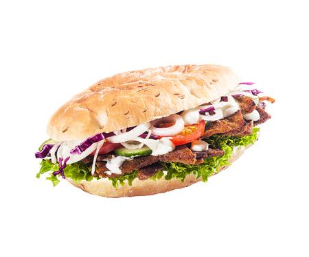 ヘルシーなサラダ ロール、ケバブや新鮮なレタス、トマト、タマネギ、キュウリ、調理された肉は、白で隔離 cripsy とドネル