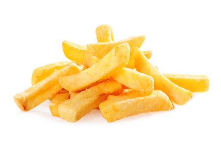 tentempi�: Pila de trozos de papa frita crujiente de oro o patatas fritas para un aperitivo de comida r�pida en un fondo blanco Foto de archivo