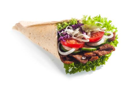 tortilla de maiz: Kebab fresca ensalada, o una envoltura de maíz, con las hojas verdes de lechuga, tomate, cebolla y pepino con un relleno de carne de oro sobre un fondo blanco