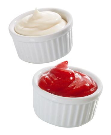 Twee kleine individuele verpakkingen van mayonaise en tomatenketchup diende als garnering om een maaltijd voor aroma, als topping of een duik