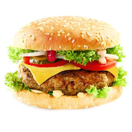 HAMBURGESA: Primer plano de un sabroso s�ndwich de hamburguesa que contiene: las empanadas de carne de res molida, cebolla, tomate, queso, ensalada verde fresca y encurtidos Foto de archivo